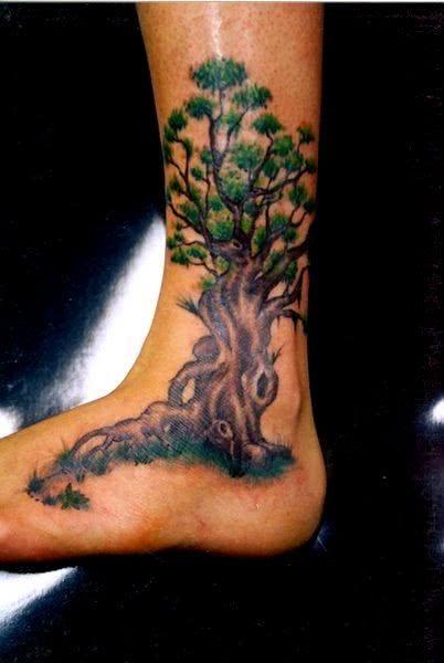 Tattoo de árvore no pé