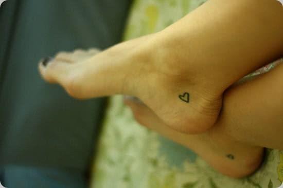 Discreto e charmoso o pequeno coração no pé!