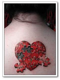 Criativa, a tatuagem em forma de quebra-cabeça destaca duas das peças com nomes, que devem ser de pessoas importantes para a moça tatuada.