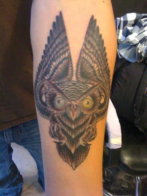 Tatuagem no braço, coruja marrom