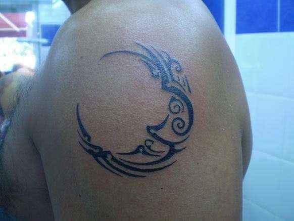 Lua tribal no braço