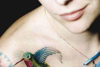 Fotos de tatuagens femininas nos pés, ombros, costas
