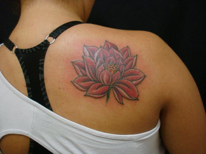 Tattoo de flor de lótus no ombro