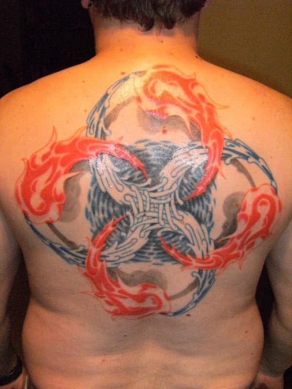 Foto de tattoo nas costas