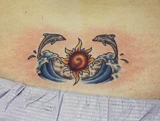 Tatuagem de golfinho nas ondas