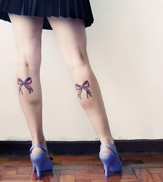 Foto de tattoo nas pernas