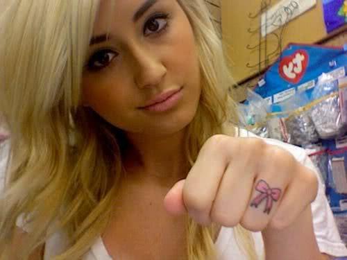 Tatuagem de laço no dedo