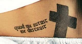 Barriga com tattoo em latim