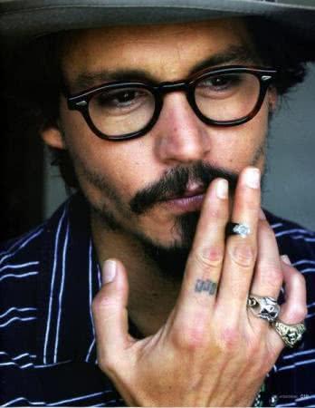 Tattoo na mão do Johnny Deep