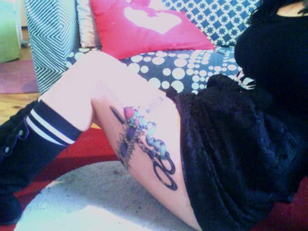 Tatuagem na coxa de tesoura