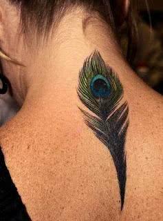 Pena de pavão tatuada
