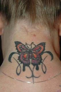 Tatuagem na nuca de borboleta