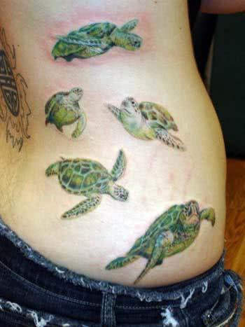 Tatuagem de tartaruga no quadril
