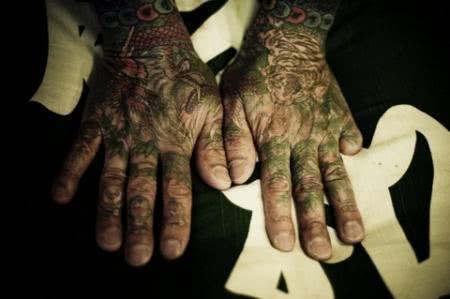 Mãos com tattoos yakuza