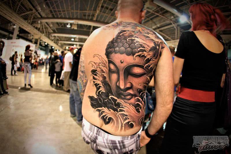 Tatuagem de Buda estilosa nas costas
