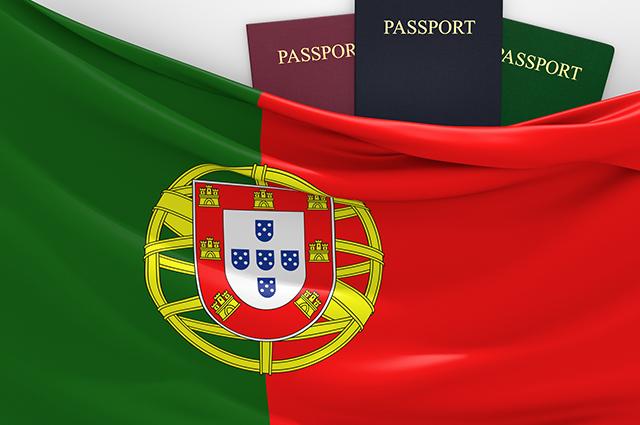Bandeira de Portugal com passaportes